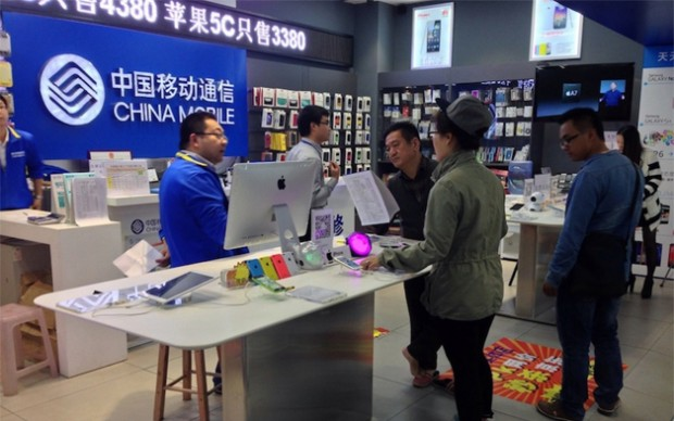 china_mobile_store_iphones-copy-620x388